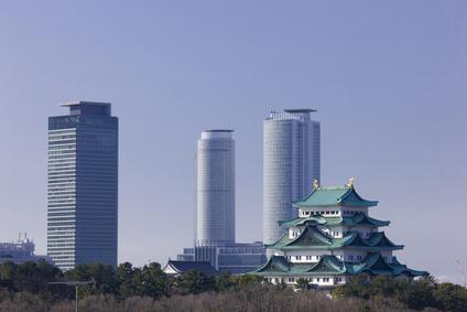 名古屋の高層ビルと名古屋城