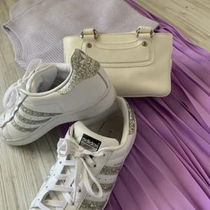 白バッグ,白スニーカー,シューズ,靴,セリーヌ,ブギーバッグ,アディダス,スーパースター,春,春コーデ,トレンドカラー,オシャレ,ファッション,大人コーデ